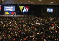 수많은 참석자 : 2013년 5월 4일, 중앙아메리카지회가 진행한 '비전 100만' 제자 훈련 프로그램을 기념하기 위해 1만 2,000명이 콜롬비아 보고타의 G12 센터에 모였다. 이 행사는 위성으로 중계되었다.