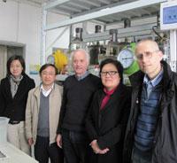 청두의 발전소 : 중국에 있는 재림교회 인도주의자들이 청두에서 바이오매스 발전소 건설의 실현 가능성을 연구하고 있다. 그곳의 지방 관리들은 증가하는 쓰레기 문제를 해결하기 위해 앞다투어 애쓰고 있다. (오른쪽부터) 프로젝트 매니저 마셀 와그너, 아드라 차이나 현지 대표 린다 주, 유럽 바이오가스 협회장 아더 웰링거, 베이징 대학과 중국의 과학기술부 대표자들이 이 프로젝트를 위해 함께했다.
