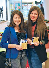 사랑은 상처 주지 않는 것: 아드라 루미니아 자원봉사자들이 20곳이 넘는 지역의 쇼핑몰을 다니며 가정 폭력에 관한 유인물을 나눠 주고 있다.