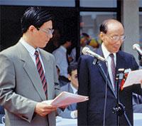 건강 사업 독지가: 런런쇼 경(오른쪽)이 자신의 이름을 딴 병원 개원식에서 연설하고 있다. 병원 건축에 앞서 그는 로마린다 대학교와 제휴할 것을 요구 조건으로 제시했다.