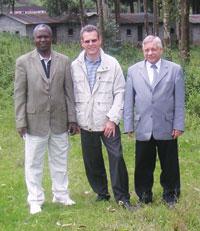 구 캠퍼스에서: 2004년 뮤덴데 미래 연구위원회 위원 몇 사람이 옛 캠퍼스를 점검하고 있다. 왼쪽부터: 무투쿠 무팅가 교수, 클라우드 리츨리, 요제프 질바시 총장