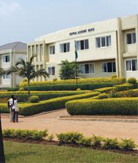 신축 캠퍼스: 키갈리 근처 중앙 아프리카 재림교회 대학교(AUCU)의 중앙 건물
