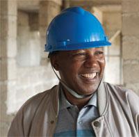 미래릇 짓다: 기슈슈의 건축 부지를 살피고 있는 AUCU 대학 부총장 아벨 세바하쉬
